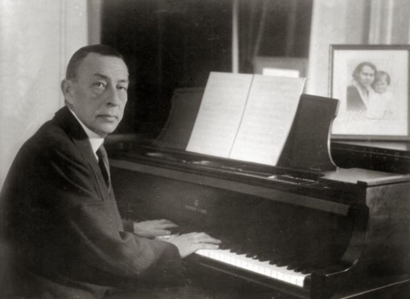 800px-Rachmaninoff_playing_Steinway_grand_piano